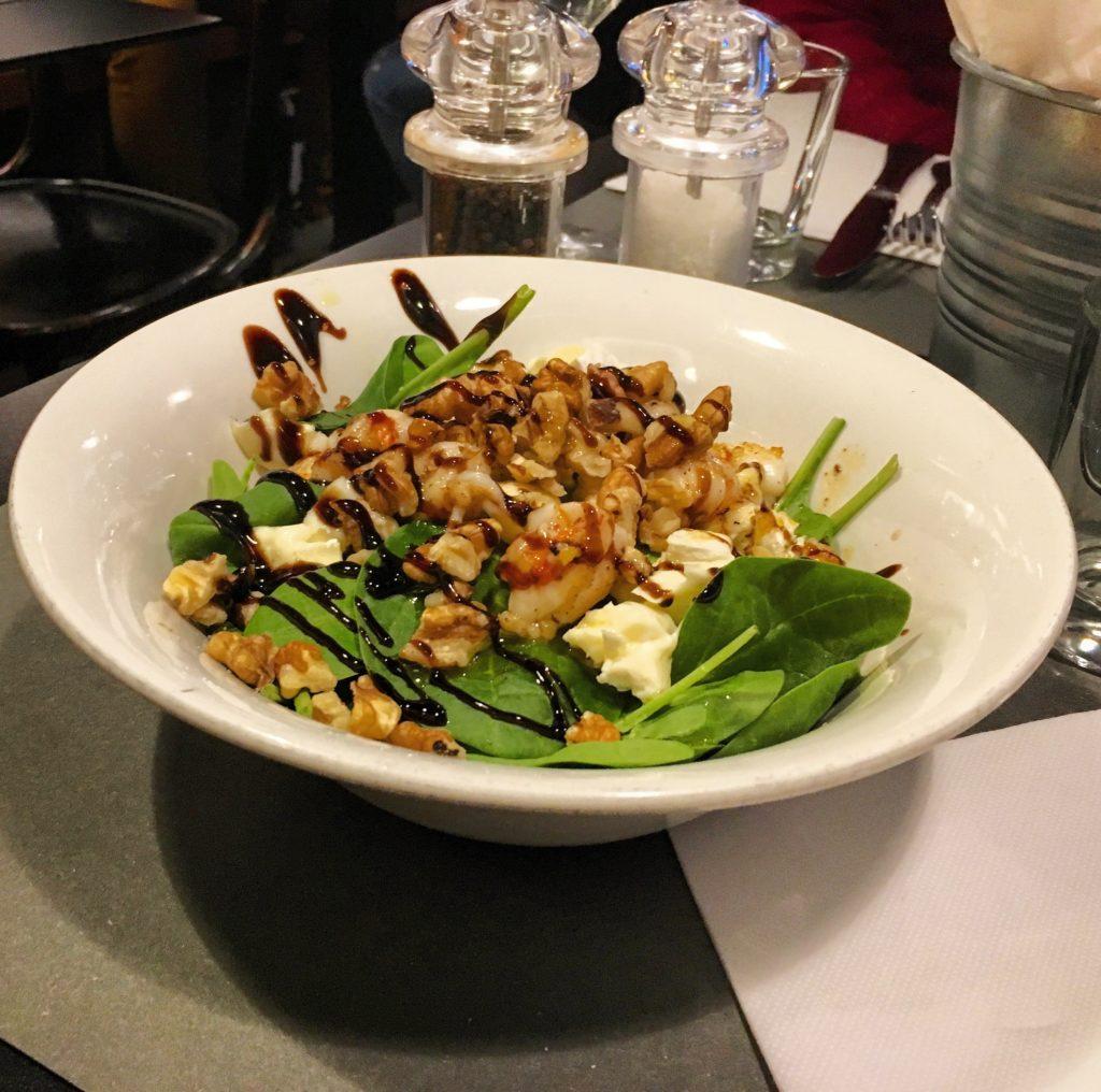 Osteria da Marise Trieste insalatina di spinaci freschi con gamberi, noci, brie e glassa di balsamico