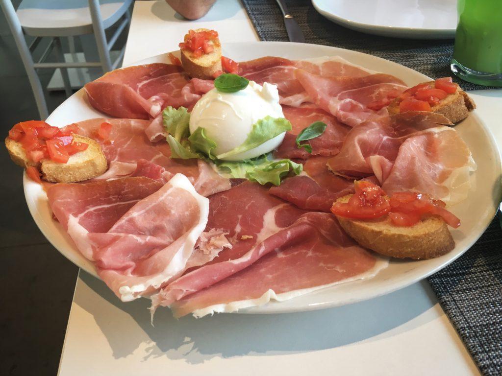 Enhorabona Vicenza prosciutto crudo, burrata e crostini con pomodorini